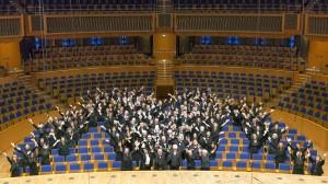 MV das M ist außen und das V sind die Herren mit den weißen Hemden. Der Chor des Städtischen Musikvereins zu Düsseldorf in seiner Heimstatt der Tonhalle Düsseldorf. So wird jedes neue Mitglied begrüßt.