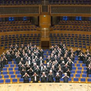 MV das M ist außen und das V sind die Herren mit den weißen Hemden. Der Chor des Städtischen Musikvereins zu Düsseldorf in seiner Heimstatt der Tonhalle Düsseldorf.  Der Ruf geht in die Lande: Wer will mit uns singen!