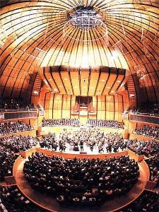 Die Tonhalle in Fischaugenoptik mit den Düsseldorfer Symphonikern und dem Städt. Musikverein unter Bernhard Klee