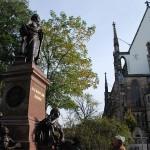 Mendelssohn Denkmal in Leipzig. Felix Mendelssohn Bartholdy mit Blick auf die Thomas-Kirche Leipzig