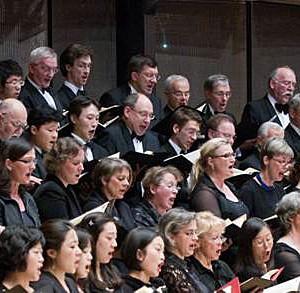 """Der Chor des Städtischen Musikvereins zu Düsseldorf in der Düsseldorfer Tonhalle im Schumannjahr bei den """"Szenen aus Goethes Faust"""" unter Bernhard Klee (c) Foto: Susanne Diesner"""