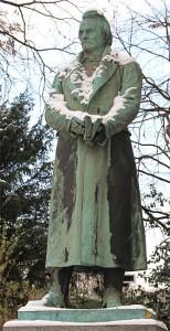 """Denkmal von Carl Leberecht Immermann im Düsseldorfer Hofgarten. Dies war das Gegenstück zum Denkmal für Felix Mendelssohn Bartholdy am Düsseldorfer Stadttheater. Beide Denkmäler errichtet 1901, 1936 beide entfernt um ohne Aufhebens Mendelssohn aus dem öffentlichen Stadtraum zu entfernen. 1940 wurde das Mendelssohn Denkmal eingeschmolzen und das Immermann Denkmal """"verwahrt""""."""