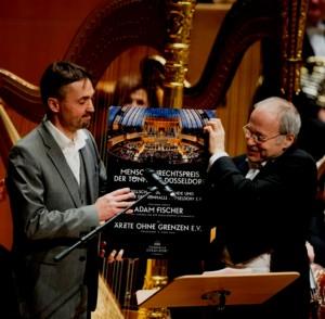 """Dr. Stefan Krieger von """"Ärzte ohne Grenzen"""" e.V. bekommt von Ádam Fischer den Menschenrechtspreis der Tonhalle Düsseldorf 2016"""