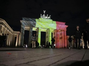 Brandenburger Tor in belgische Flagge getaucht