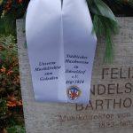 Mendelssohn Denkmal: Schleife zum Gesteck