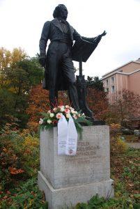 Mendelssohn-Denkmal mit Blumengesteck des Musikvereins für seinen ehemaligen Musikdirektor