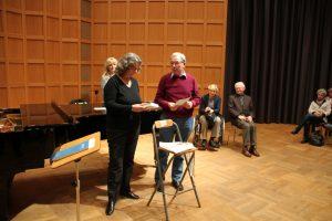 """Georg Lauer mit der Schriftstellerin Christa Holtei, die ihr Buch """"Das Spiel der Täuschung"""" als Preis zur Verfügung stellte und uns eine kleine Inhaltangabe vermittelte."""