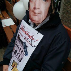 Robert Schumann auf der Karnevalstribüne am Rathaus mit dem Aufruf um sein Wohnhaus zu kämpfen.