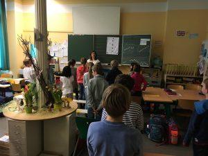 """Singleiterin Maria Carreras bei der """"SingPause"""" mit Schülerinnen und Schülern der Max-Schule"""