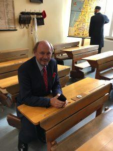 Dr. Reinhold Hahlhege im historischen Klassenzimmer