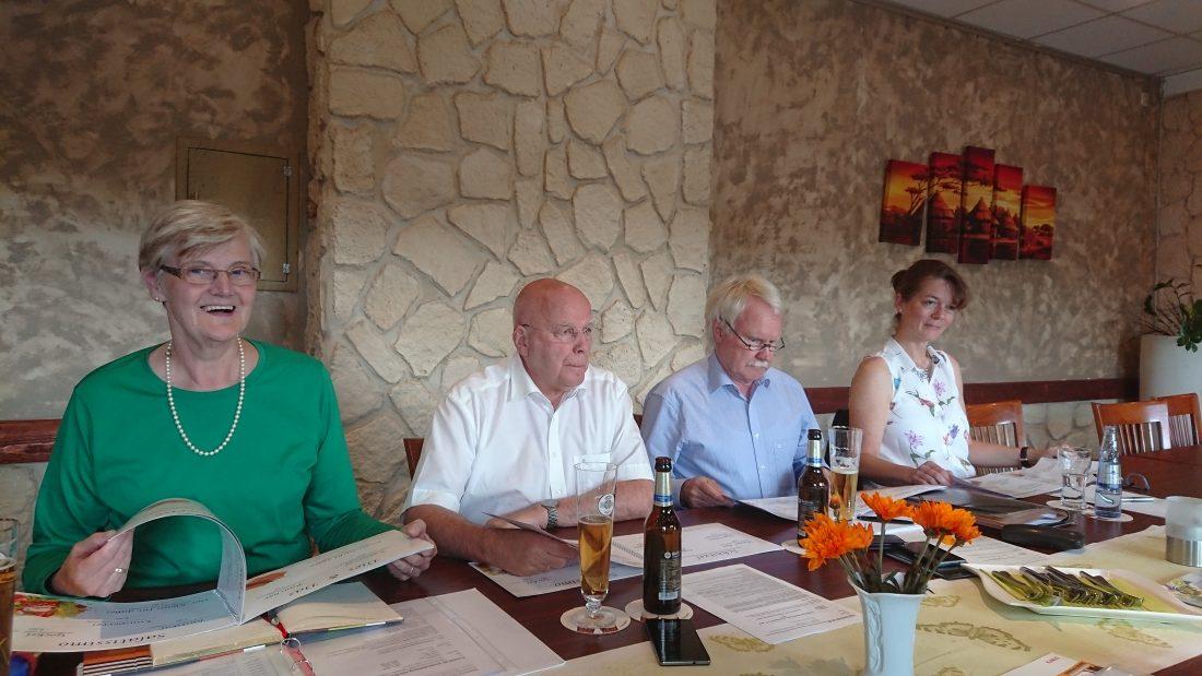 Sabine Dahm, Manfred Hill, Prof. Dr. Wolfgang Koch, Susanne Koehn (v.l.n.r.). Es begann mit dem Studium der Speisekarte.