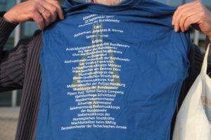 Die Rückseite des Mitwirkenden-Shirts
