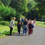 Anmarsch der Kinder zum Auftritt nach dem spielen auf dem Nordpark-Spielplatz
