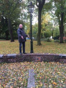 """Musikvereinsvorsitzender Manfred Hill in der Chemnitzer """"Straße des Lichts"""". Unten der Schriftzug """"Düsseldorf"""" und dahinter eine originale Düsseldorfer Gaslaterne"""