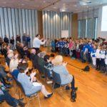 Die Kinder der St. Bonifatiusschule und der Sternwartschule singen mit ihrem Singleiter Martin Lucaß © Thomas von der Heiden, Düsseldorf