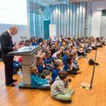 Dr. Edgar Jannott hält die Laudatio und die Ferstgemeinde, aber vor allem die vielen Kinder, hören beeindruckt zu © Thomas von der Heiden, Düsseldorf