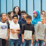 ie Kinder der St. Bonifatiusschule und der Sternwartschule singen mit ihrem Singleiter Martin Lucaß © Thomas von der Heiden, Düsseldorf