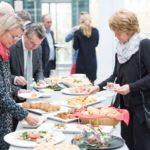 Imbiss für alle Gäste nach der Feierstunde: Rechts Schulleiterin Monika Pohl, links Lutz Aengevelt© Thomas von der Heiden, Düsseldorf