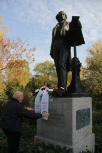 Musikvereinsvorsitzender Manfred Hill ehrt Felix Mendelssohn Bartholdy mit einem Blumengruß