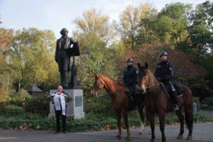 Eskorte der Reiterstaffel am Mendelssohn Denkmal