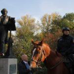 Musikvereinsvorsitzender Manfred Hill im entspannten Gespräch mit den Reitern der Polizei vor dem Mendelssohn Denkmal Düsseldorf