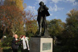 Musikvereinsvorsitzender Manfred Hill liegt die Blumen am Fuße des Düsseldorfer Mendelssohn-Denkmals nieder