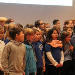 Die Kinder der GGS Sternwartschule und der KGS St. Bonifatiusschule mit ihrem Singleiter Martin Lucaß