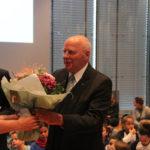 Manfred Hill erhält Blumen, die er freudig und mit Dank an seine Frau Franziska weitergibt.