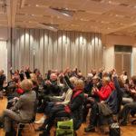 Manfred Hill dankt den anwesenden SingleiterInnen und bittet sie die Hand zu heben, um für das Publikum erkennbar zu werden.