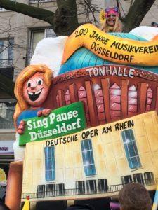 Rosenmontag - Helma Wassenhoven die Initiatorin des Wagens mit 200 Jahre Musikverein