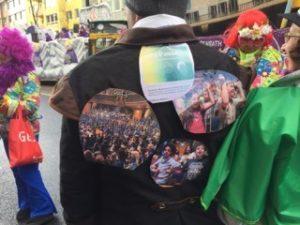 Rosenmontag - Kurz vor dem Start: Der SingPause-Rücken des Vorsitzenden
