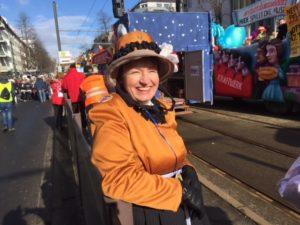 Archivarin Monika Egelhaaf fröhlich kurz vor dem Start des Rosenmontagszuges
