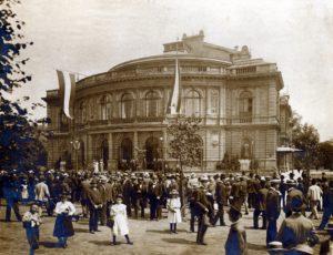 Einweihung der Denkmäler von Mendelssohn und Immermann vor dem Stadttheater am 3. August 1901