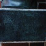 Namensschild zur Büste von Felix Mendelssohn Bartholdy mit dem fälschlicherweise eingefügten Bindestrich.