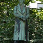Denkmal für Carl Leberecht Immermann. Ehemaliger Standort bis 1936 an der alten Oper. Von den Nazis entfernt zusammen mit dem Denkmal-Gegenstück von Felix Mendelssohn Bartholdy, welches 1940 eingeschmolzen wurde. Das Immermann-Denkmal wurde im Hofgarten, hinter dem neuen Schauspielhaus wieder aufgestellt.