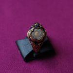 Ring aus blauer Emaille mit einer Haarlocke von Felix Mendelssohn Bartholdy und seinen eingeprägten Lebensdaten. Aus dem Besitz von Clara Schumann.