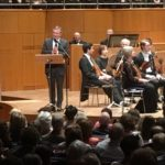 Oberbürgermeister Thomas Geisel bei seiner Rede vor dem Konzertpublikum.