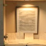 Vitrine mit dem Gründungsplakat und dem originalen Vertrag des Musikers Louis Kreutzer aus dem Jahre 1865.