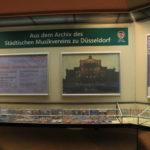 Ausstellungsdetail mit Archivalien wie Konzertblättern und Programmheften aus dem 19. Jahrhundert.