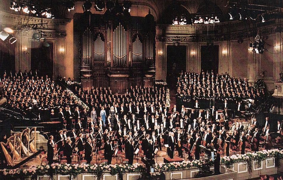 Festkonzert zum 100. Jubiläum und zur Wiedereröffnung des Concertgebouw Amsterdam: Gustav Mahler - Symphonie Nr. 8 mit dem Concergebouw-Orkest, dem Philharmonia Chorus London (links) und dem Städtischen Musikvereins Düsseldorf (rechts), unter der Leitung von Bernhard Haitink.