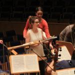 Orchesterdirektorin Barbara Fasching begrüßt alle Mitwirkenden und gibt technische Anweisungen