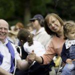 Manfred Hill und Teresia Petrik mit Enkelchen
