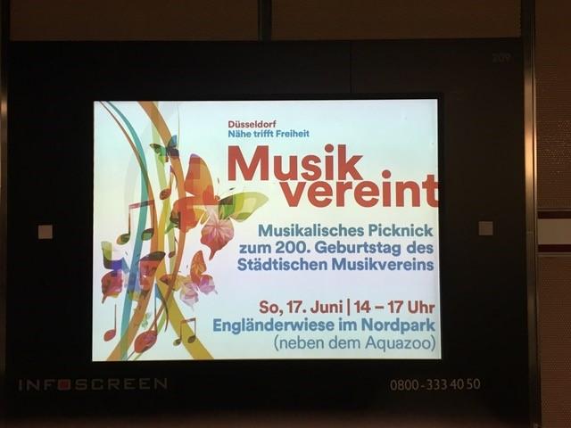 Bildschirmwerbung für die Veranstaltung in den Zügen der Rheinbahn