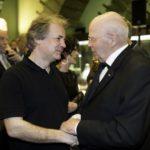 Manfred Hill dankt GMD Axel Kober für die wunderbare Zusammenarbeit.