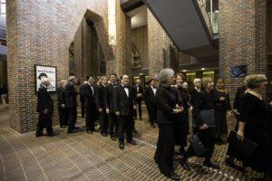 Der Chor nach dem Einsingen bei der Aufstellung zum Konzertauftritt