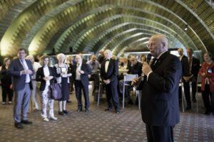 """Musikvereinsvorsitzender Manfred Hill begrüßt die Ehrengäste des Festaktes im """"Grünen Gewölbe"""" der Tonhalle Düsseldorf"""