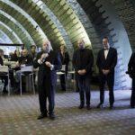 Musikvereinsvorsitzender Manfred Hill stellt das DIC (DigitaleInfoCenter) des Musikvereins vor und lobt die Programmierer der Firma Netkotec - Inhaber Marc Steinhoff und Web-Programmierer Moritz Kanzler