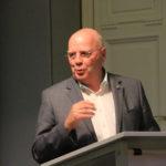 Musikvereinsvorsitzender Manfred Hill begrüßt die Gäste im Lesesaal des Heinrich-Heine-Institutes.