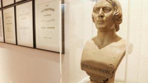 """Ausstellung """"MusikVereint"""" mit Göttings marmorner Schumann-Büste."""