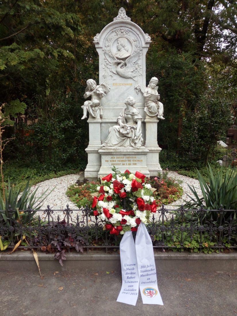 In seinem 200. Jubiläumsjahr gedenkt der Städtische Musikverein zu Düsseldorf seines Musikdirektors Robert Schumann am 29.7.2018, zu dessen 162. Todestag mit einer Kranzniederlegung.